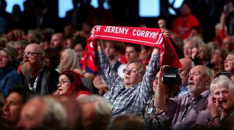Det britiske arbeiderpartiets delegater og tilhengere venter på at Jeremy Corbyn skal holde tale under partikongressen i Liverpool i september 2018.