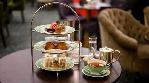 Fingersmørbrød, scones og søte saker i tre etasjer på Hotell Bristols afternoon tea.