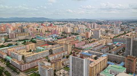 Eventyrland. Pyongyang er en av de mest fargerike byene arkitekturkritikeren Oliver Wainwright har vært i. Han besøkte Nord-Koreas hovedstad tre år inn i Kim Jong-uns plan om å omskape landet til et «sosialistisk eventyrland».