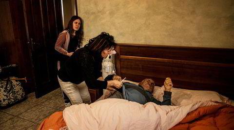 85 år gamle Giuseppe Guardabasci har hatt feber og pustproblemer i over en uke. Men hverken det lokale sykehuset i Ariano Irpino eller andre sykehus i Campania-regionen, har plass til flere pasienter. Giuseppes datter og barnebarn sjekker feberen hans, som stadig blir høyere.