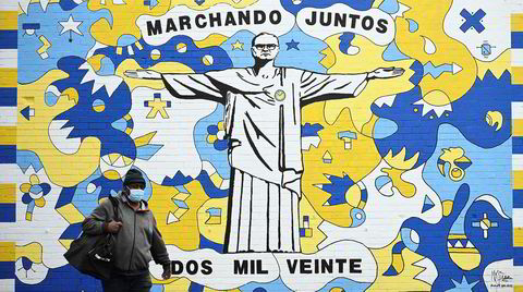 Leeds anno 2020. «Marsjerer sammen 2020» står det på et nytt veggmaleri i Leeds av klubbens trener Marcelo Bielsa. Det er laget av gatekunstnerne Andy McVeigh og Nicolas Dixon.