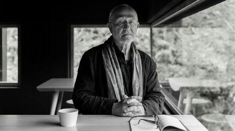 Stjernevisitt. Peter Zumthor sittende i kafébygningen han selv har tegnet i Allmannajuvet i nærheten av Sauda.