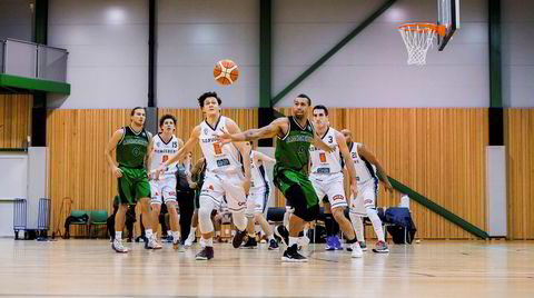 Drømmeball. Ammerud Baskets spillende trener Thomas Vangen (38) strekker seg i fortvilelse etter en ball på avveier. Den norske basketballigaen BLNO ble i sin tid startet opp etter mal fra NBA, og basketlederne drømte om at det skulle bli den nye norske folkesporten. Det ble med drømmen