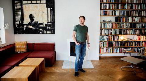 Henrik H. Langeland vender med «Showtime!» tilbake til sin populære gjennomgangsfigur Christian von der Hall, tidligere hovedperson i «Wonderboy» og «Fyrsten».