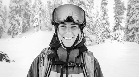 Alpejenta. Dragningen mot fjellet er kanskje genetisk. Frem til Tonje Kvivik var tre år bodde hun i de tyske alpene, hvor hennes klatreinteresserte mor dro med hele familien. Ved siden av skikjøringen studerer Kvivik økonomi, ledelse og bærekraft ved NTNU Gjøvik – over nett, med fysisk oppmøte kun på eksamener.