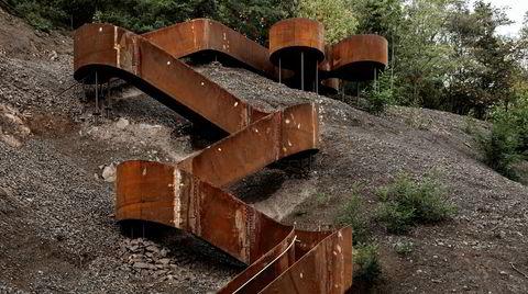 Lykke. Den gamle toglinjen strekker seg over elleve kilometer forbi fem landbyer, som hver har fått sin egen paviljong. Denne trappen er den siste og henter sin form fra en firkløver.