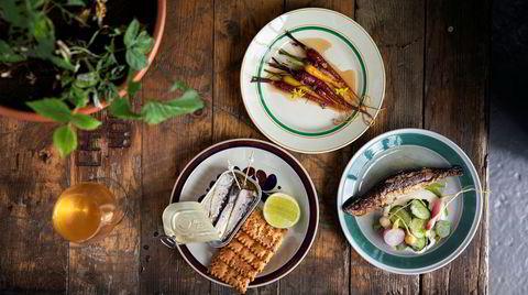 Pils og gulrot. Maten på Mohn er «typen vi spiser sjæl – fisk, grønt, bønner og ting fra skogen så langt det går. Men uten å sette noen restriksjoner på oss selv. En dag har vi bare grønnsaker fra gården og sopp fra pappaen til en av kokkene», ifølge restaurantsjef Joanne Sørheim