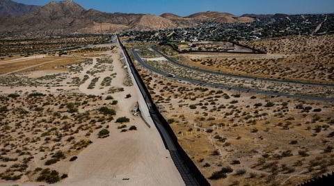 Grensemuren mellom USA og Mexico sett fra en høyde i småbyen Sunland Park. På den meksikanske siden av muren ligger Anapra Juarez, hvor illegale immigrantene blir samlet opp av menneskesmuglere.