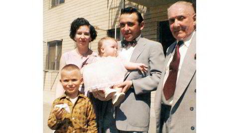 Ulykkelig familie. J. Michael Straczynski (fra venstre), moren Evelyn, søsteren Vicky, faren Charles og farfaren Kazimir i Los Angeles. Faren ba kona stå bakerst, fordi hun var «for stygg» til å stå foran.