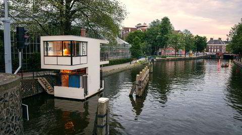 Kloss.  D2 besøkte det gamle brohuset Hortusbrug, som nå er blitt omgjort til hotellsuite. Bygget ble tegnet av arkitekten Dirk Sterenberg i 1956 i stilen new objectivity. Amsterdams gamle brovokterhus står for noe av den mest lekne moderne arkitekturen i den nederlandske hovedstaden.
