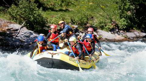 Passe vilt. Raftingguide Chitra Bir Pun (bakerst) gjør alt han kan for at tyske turister skal ha en trygg og fartsfylt opplevelse med Sjoa Rafting. Så ber han dem om en anmeldelse. Så lenge sikkerheten er god, opplæringen nøye og naturen vakker, kan det fort vanke fem stjerner og lovord på Tripadvisor.