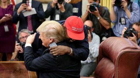 Rapperen Kanye West omfavner president Donald Trump i Det Hvite Hus. West har fått mye kritikk for sin offentlige støtte til den amerikanske presidenten.
