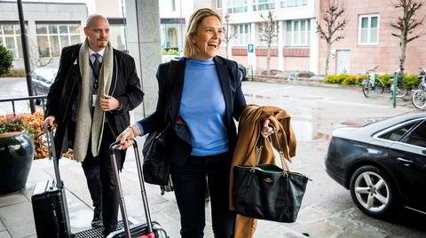 Olje- og energiminister Sylvi Listhaug ankommer det årlige oljeindustripolitiske seminaret på Park hotell i Sandefjord sammen med politisk rådgiver Kristian P. Larsson (t.v.).