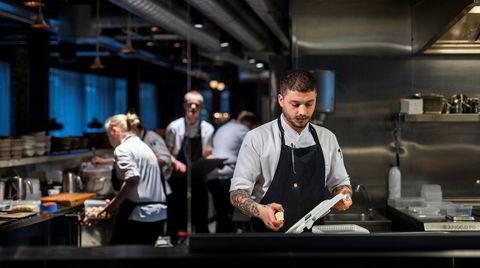 Kontrast har skarpt belyst og åpent kjøkken. Her er italienske Andrea Selvaggini og hans kolleger i aksjon.