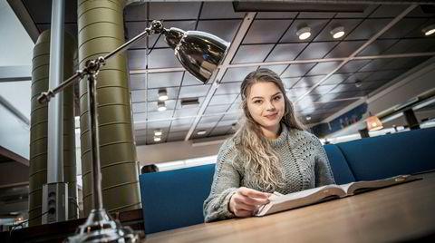 Trodde hun var dum. Frøya Linnea Gathen (20) har dysleksi, men det hindret henne ikke i å få en snittkarakter på nesten 6 på videregående. – Uten pc hadde jeg ikke klart meg. Det hender jeg må notere noe for hånd. Så kommer jeg på at jeg ikke kan skrive, det hender jeg glemmer det, sier hun