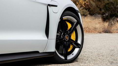 Elgul. De gjeveste utgavene av Porsche Taycan leveres med gule bremsekalipere, og interiøret kan spesialbestilles med gule detaljer.