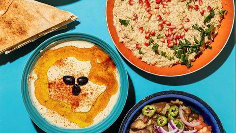 Full pakke. «Meze» kaller man i Midtøsten en slik oppdekning av kalde småretter, eventuelt forretter. Etterpå kommer gjerne en hovedrett av grillet kjøtt eller fisk (som man knapt orker), pluss en nesten like stor haug med søtsaker.