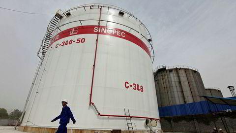 Her vises en oljelagringstank ved Sinopecs raffineri i Wuhan i Kina