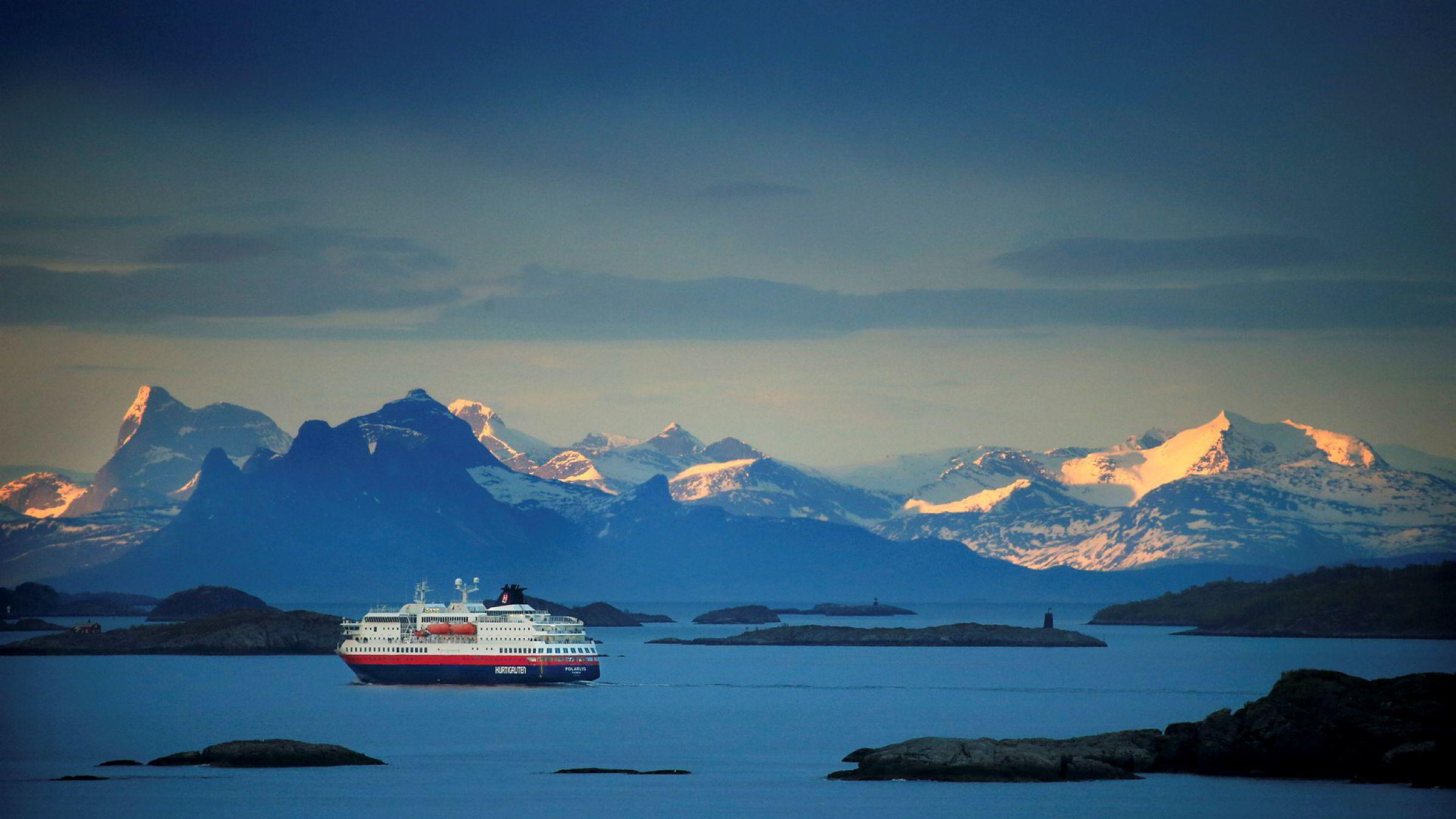 SV og Arbeiderpartiet har fremmet forslag om å utsette eller å trekke den pågående anbudsrunden om å drive hurtigrutestrekningen Bergen-Kirkenes. Her forlater Hurtigruten Svolvær.