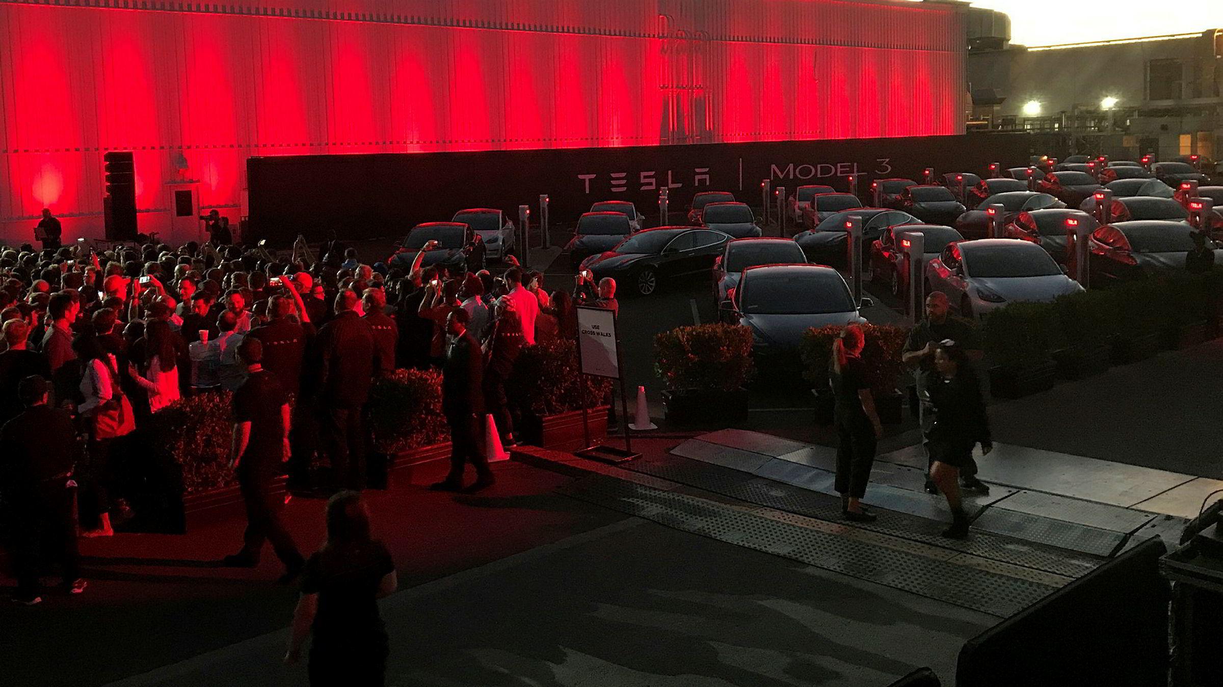 Tesla opplyste mandag at det kun produserte 260 biler av den nye Model 3 i tredje kvartal, mens målet var 1500. På bildet venter de første utgavene av Model 3 på sine nye eiere i slutten av juli.