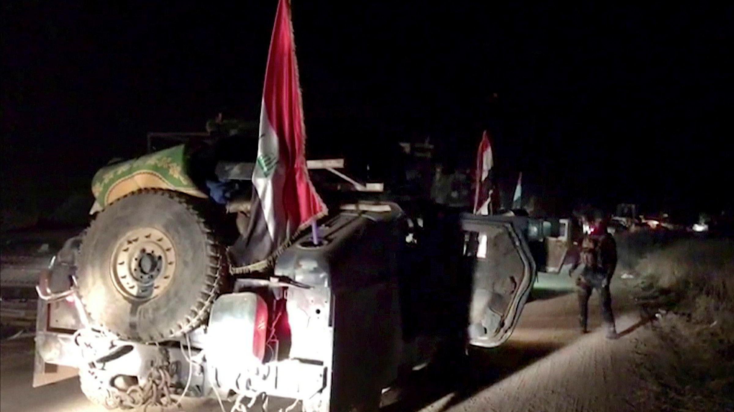 Bildet viser irakiske styrker som beveger seg mot Kirkuk tidlig mandag morgen.