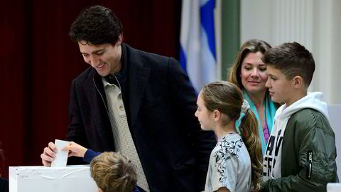 Canadas statsminister Justin Trudeau avgir sin stemme sammen med kona Sophie Gregoire-Trudeau og barna i Montreal i valget mandag 21. oktober. Foto: Sean Kilpatrick /The Canadian Press via AP / NTB scanpix