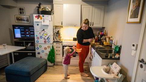 Helene Holmsen Brenna (32) fra Mortensrud i Oslo ble permittert fra kantinejobben 16. mars, og står i fare for å bli arbeidsledig i slutten av mars. Hun ser mørkt på et scenario med dagpenger fra et lavlønnsyrke og eneforsørgeransvar for datteren Agnes Isabell Holmsen (2).