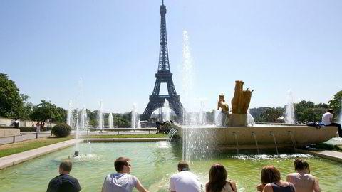 Det er utsikter til at Europa-ferie kan bli litt billigere på sommeren i år sammenlignet med i fjor, ifølge prognoser fra to meglerhus. Bildet er fra fontenen ved Trocadero foran Eiffel-tårnet i Frankrikes hovedstad Paris.