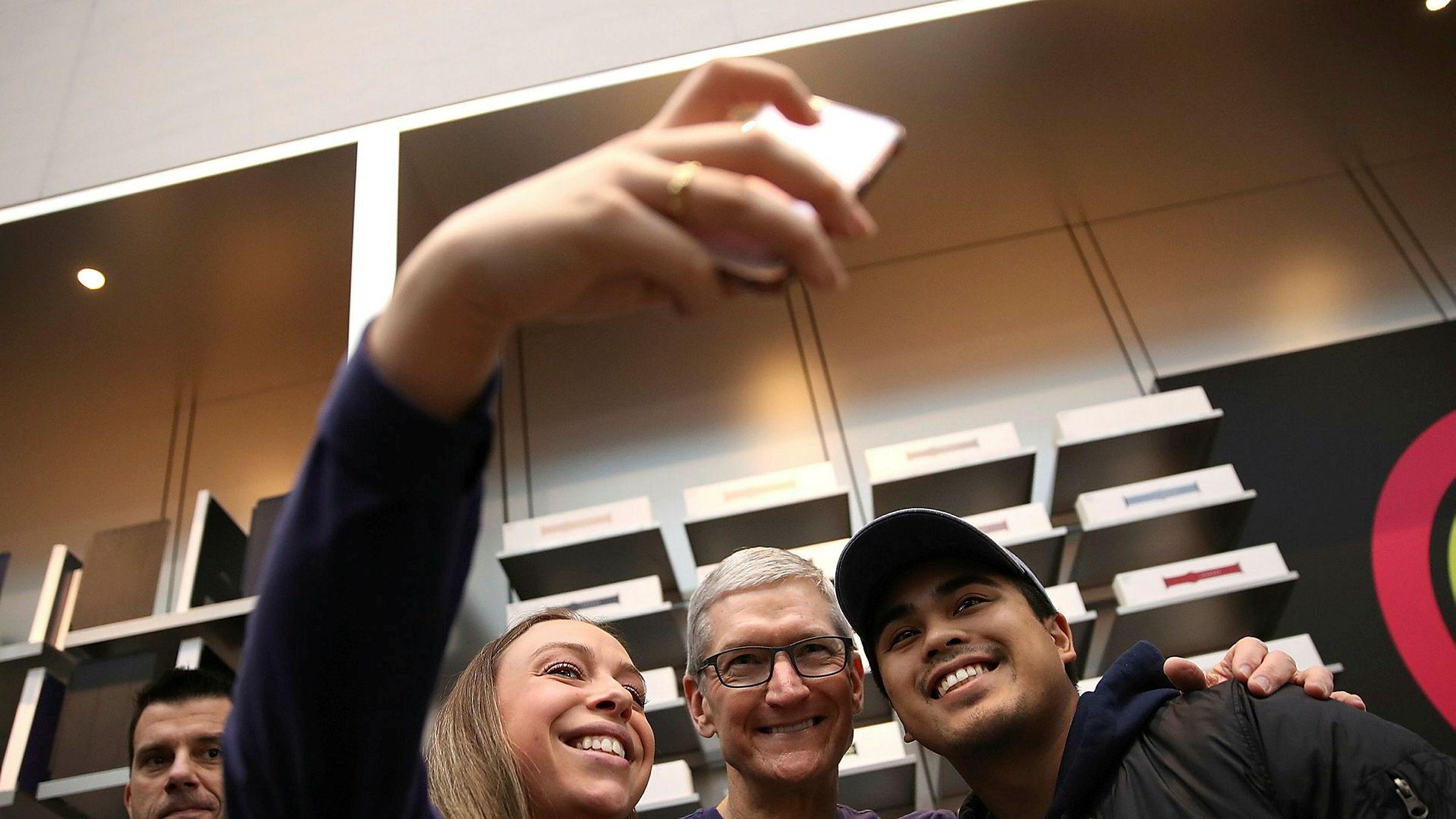 To av Apples største aksjonærer ber Apple og konsernsjef Tim Cook om å gjøre mer for å beskytte unge Iphone-brukere fra avhengighet.