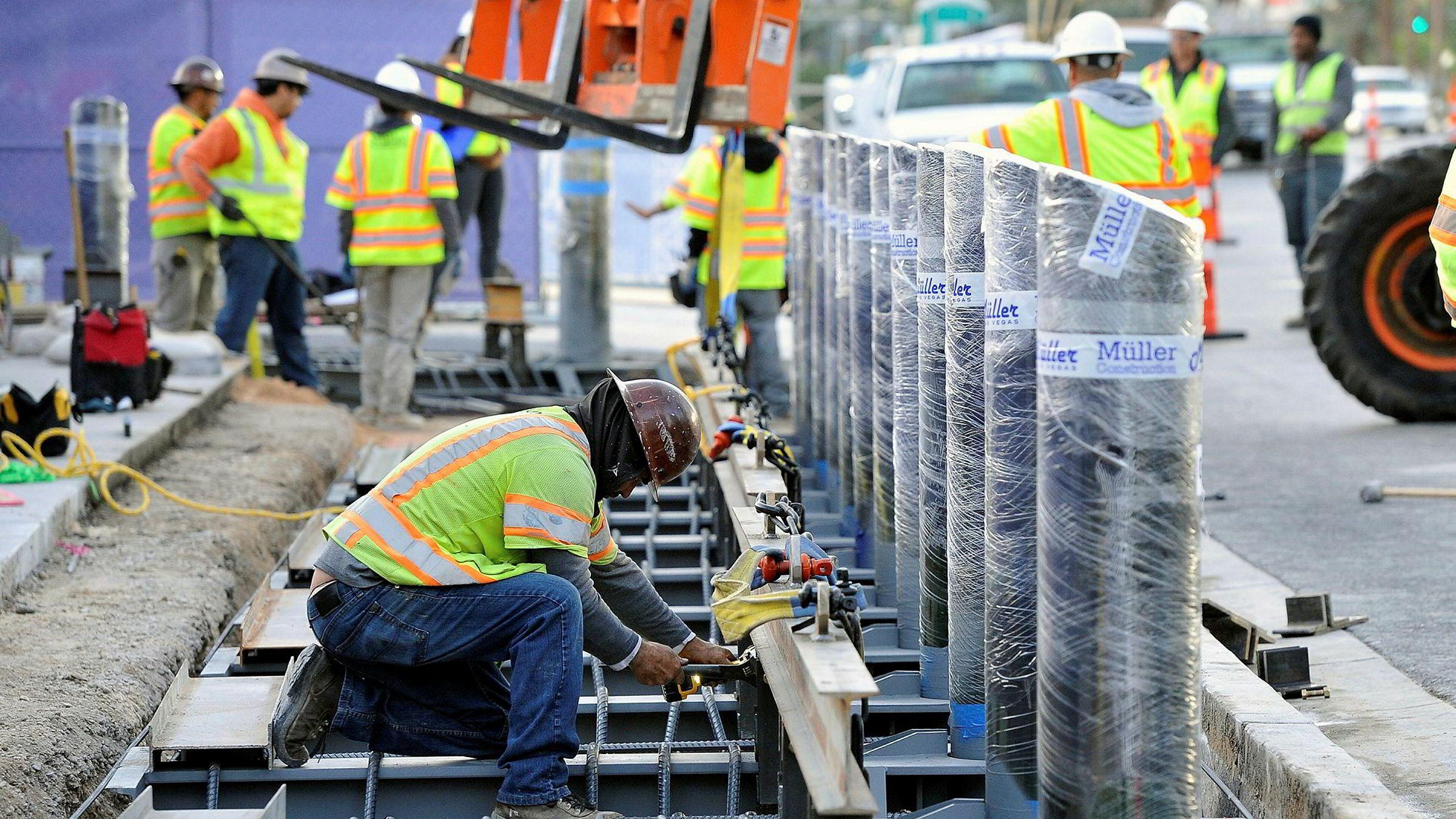 Konstruksjonsarbeidere installerer stolper i Las Vegas for å beskytte fotgjengere.