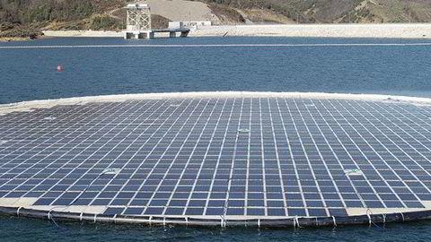 Statkraft kunngjorde 3. juni at de starter driften av det første storskala flytende solkraftverket med Ocean Suns teknologi, skriver artikkelforfatteren.