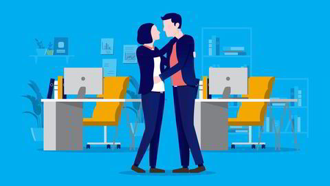 På jobb kan flørten være noe som foregår med eller uten romantiske undertoner, skriver artikkelforfatteren.
