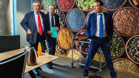 India blir et stort marked for Orkla etter oppkjøpet som nå er landet. Her er konsernsjef Jaan Ivar Semlitsch (til høyre) sammen med styreleder Stein Erik og konserndirektør Håkon Mageli foran krydderdekorasjonen ved hovedkontoret.