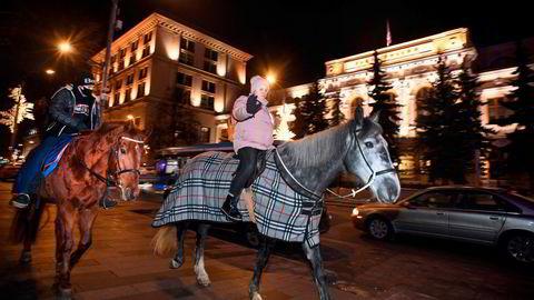 Enkelte tok til hest for å demonstrere mot fengslingen av Aleksej Navalnyj, her foran sentralbanken i Moskva.