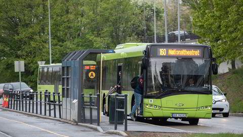 Er det tale om én og samme persontransporttjeneste, kan det benyttes 6 prosent moms. Bytter du buss eller fly, er det 12 prosent, skriver artikkelforfatterne.