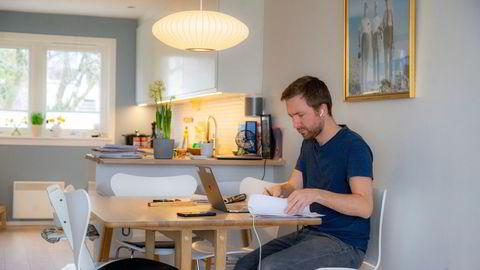 Noen har god plass hjemme og lang reisevei, slik at hjemmekontor et par dager i uken oppleves som et gode; andre har for liten plass og for lite ro, skriver Jens Middborg. Illustrasjonsfoto.