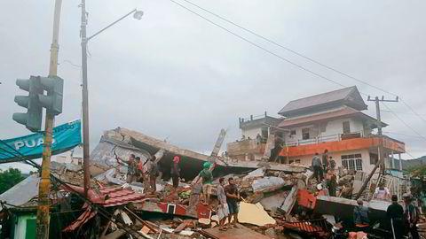 Innbyggere i Mamuju på Sulawesi i Indonesia undersøker skadene etter jordskjelvet fredag.