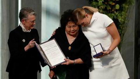 Berit Reiss-Andersen gir prisen til Hiroshima-overlever Setsuko Thurlow og leder i ICAN, Beatrice Fihn.