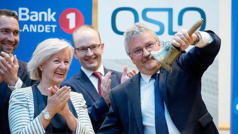 Bare åtte andre finansforetak world wide kan vise til tilsvarende eller høyere score enn det Sparebank1 Østlandet oppnår i Etisk bankguide i 2020, skriver artikkelforfatterne. Bankens konsernsjef Richard Heiberg feirer her børsnotering med bjelleklang.
