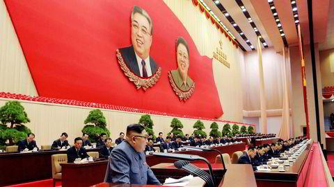 Kim Jong-un skal vurdere å sende en delegasjon til OL i sørkoreanske Pyeongchang i februar. På bildet fra 23. desember, som er tatt av det statlige nordkoreanske nyhetsbyrået, snakker han på et partimøte i Pyongyang.