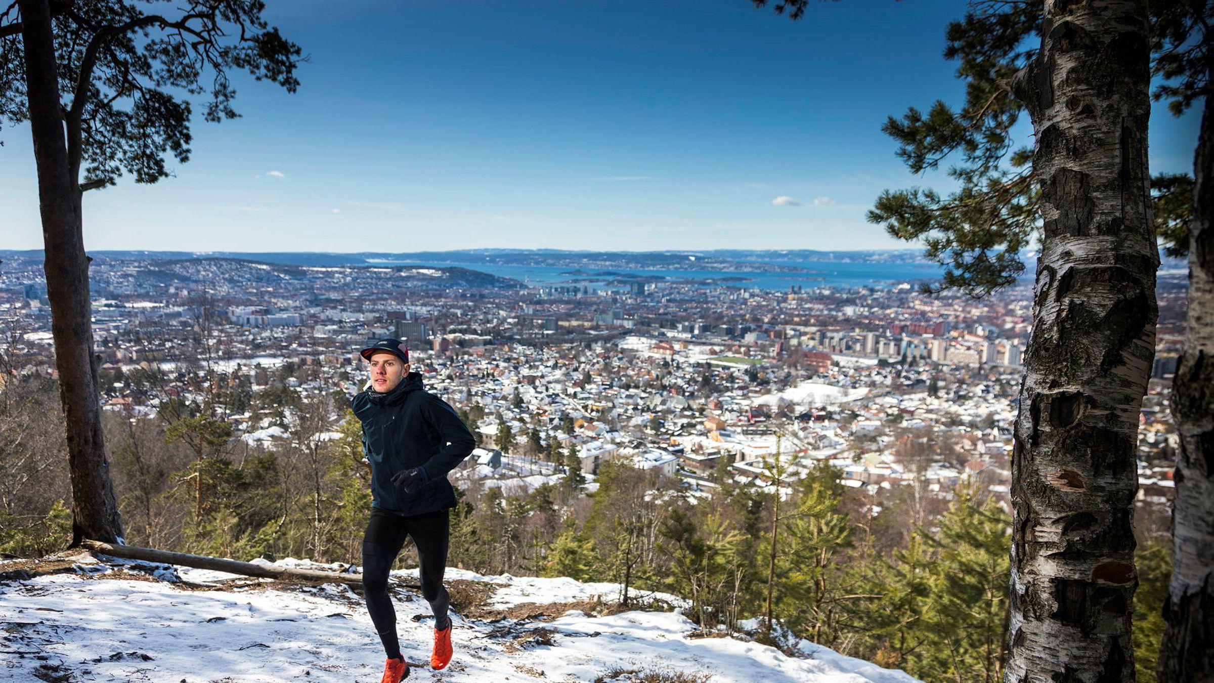 Hans Kristian Smedsrød løper på en av stiene som holdes vinteråpen av ham og løpemiljøet opp mot Grefsenkollen. Hans Kristian Smedsrød dro i februar tre uker til Etiopia for å trene langt unna snøen og endte med å trene sammen med noen av verdens beste løpere.