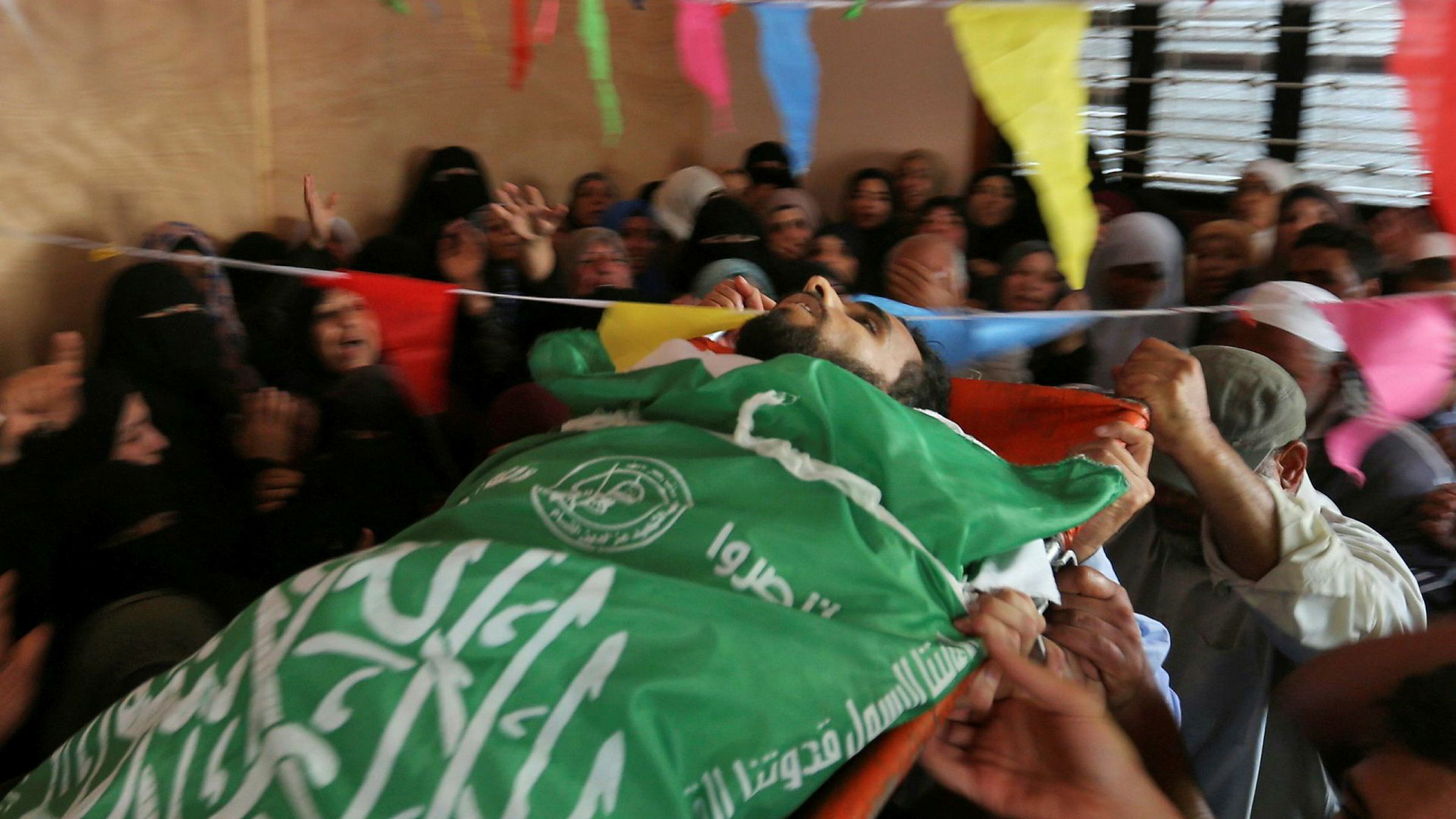 Sørgende bærer kroppen til Mohammed Dwedar, en 27 år gammel palestiner drept av israelske soldater ved grensen til Gaza i forbindelse med protester mot USAs ambassade i Jerusalem.