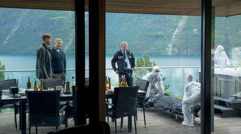 Asgeir (Pål Sverre Hagen, fra venstre) er politimann under vitnebeskyttelse. Cv-en hans vekker mistanker hos lensmann Siem (Henrik Mestad).