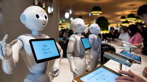 På Pepper Parlor-restauranten i det nybygde Shibuya Fukurasu-kjøpesenteret i Tokyo serveres kundene av både mennesker og roboter.