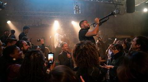 Selv folk som filmer jazzkonserter med mobiltelefonen fremstår som et savn i Netflix-serien «The Eddy».