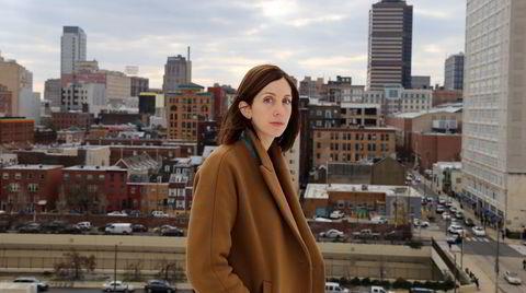 Liz Moore er bosatt i Philadelphia, der «Lang lysende elv» utspiller seg. Den er solgt til 19 land.