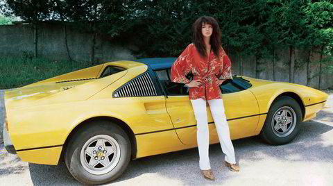 Unge Ferrari. Hvite bukser, kimono, kreppet hår og en gul Ferrari 308 GTS – blir det tøffere enn dette? Den britiske artisten Kate Bush er fotografert i Italia året hun ga ut debutalbumet «The Kick Inside» – i 1978. Noen måneder i forveien har hun sluppet singlen «Wuthering Heights», og toppet hitlistene i Storbritannia.