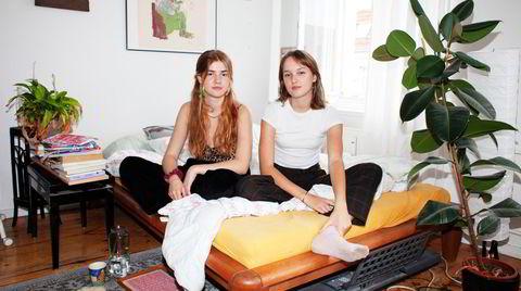 – Tyskland har i mitt hode alltid vært Merkel, sier 19 år gamle Malin Tiemann (til høyre), her sammen med den jevngamle venninnen Carlotta Gessler.