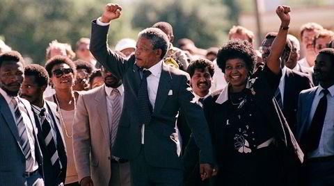Bildet av Nelson Mandela som spaserer ut fra fengselet 11. februar 1990, sammen med konen Winnie, etter 27 år bak murene, ble selve symbolet på håp og endring i Sør-Afrika. Slik gikk det ikke. Forfatter Damon Galgut skriver overbevisende om apartheids vonde arv i sin nye roman.