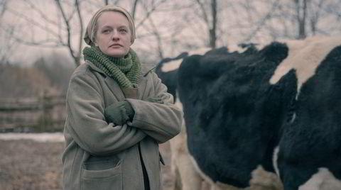 June Osborne (Elisabeth Moss) har søkt tilflukt med en håndfull andre rømlinger på en avsidesliggende gård. Avsidesliggende er ikke det samme som trygt.